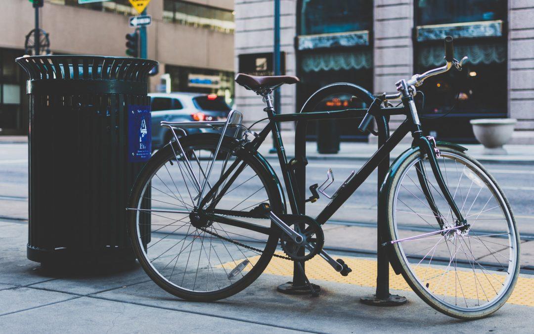 corbeille de ville et vélo